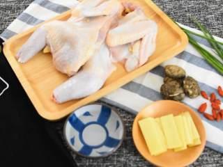 清蒸童子鸡—鲜嫩多汁,趁热用手撕着吃,吃相什么的不重要,『食材』  童子鸡/枸杞/葱 姜片/香菇/白酒/盐