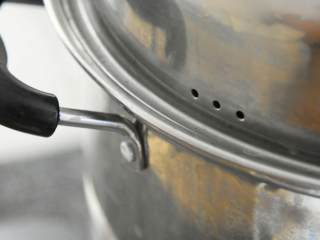 清蒸童子鸡—鲜嫩多汁,趁热用手撕着吃,吃相什么的不重要,水开入蒸锅,大火蒸30分钟。