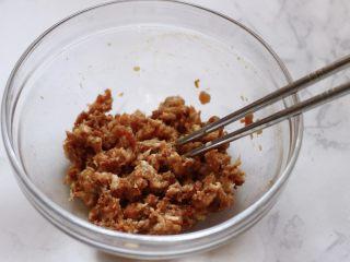 茴香猪肉馅饼,把馅料用筷子搅拌均匀后;