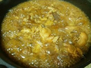 快手版红烧猪蹄,倒入炒锅中,不用盖子,大火收汁