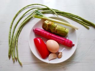 五彩炒饭,配料如上图(豇豆,莴笋 ,火腿肠 ,甜椒,鸡蛋,大蒜,生姜,大葱。)