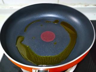 五彩炒饭,起锅放适量的菜籽油