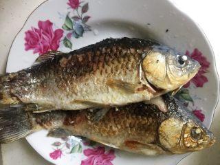 鲫鱼萝卜汤,煎好的鱼盛出。
