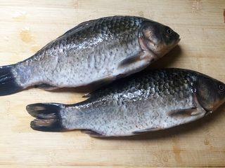 鲫鱼萝卜汤,六、七两重的鲫鱼二条。