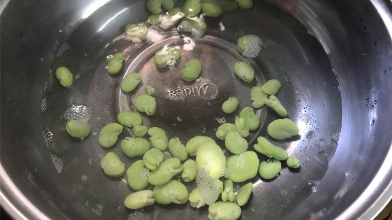 蚕豆炒鸡蛋,把剥去皮的蚕豆放入锅加少许盐煮一下。