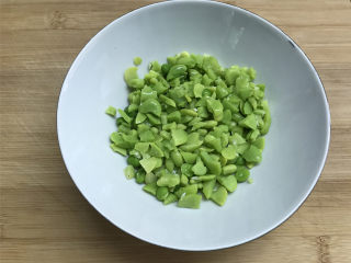 蚕豆炒鸡蛋,然后把煮好的蚕豆用手或者刀掰小一点。