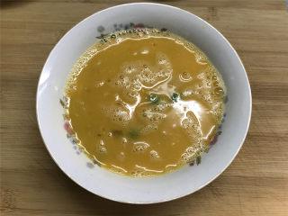 蚕豆炒鸡蛋,蛋液打匀后再把掰小的蚕豆放入蛋液中搅匀。