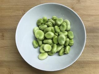 蚕豆炒鸡蛋,新鲜的蚕豆剥去外面的壳。