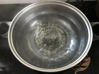 蚕豆炒鸡蛋,锅中倒入适量水。