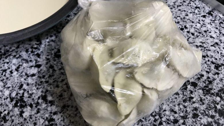 蒲公英猪肉煎饺,前段时间包的蒲公英猪肉馅的饺子,吃不完冷冻了