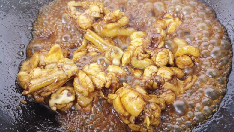 黄焖鸡,翻炒至上色,这个过程叫做炒糖色