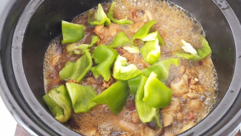 黄焖鸡,然后加入青椒,再焖3分钟即可