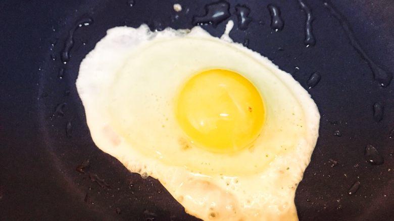 巨无霸早餐三明治😋,煎一个糖心蛋。