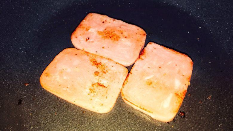 巨无霸早餐三明治😋,三明治肠也煎一下。
