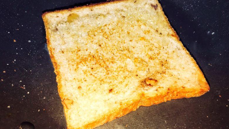 巨无霸早餐三明治😋,锅中不要放油,小火煎一下,烙成微微发黄。