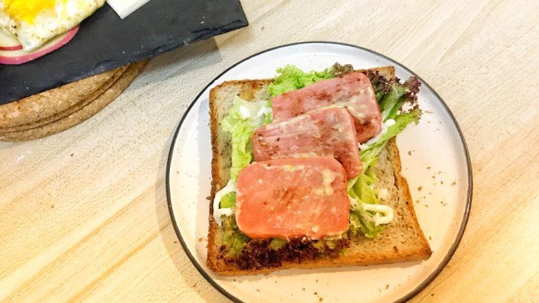 巨无霸早餐三明治😋,摆上三明治肠,上面抹上玉米沙拉酱(玉米沙拉酱也是丘比的,超市有卖,少量这个酱会提升口感)。