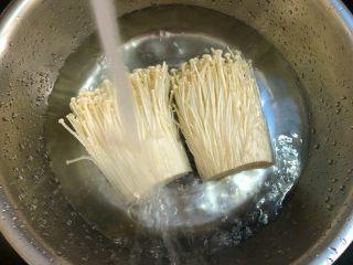 椒盐金针菇,金针菇放入清水盆里,放入一勺盐浸泡20分钟