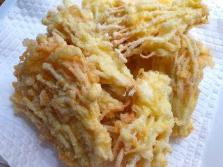 椒盐金针菇,炸好捞起来沥油,放到厨房纸巾上,吸掉多余的油