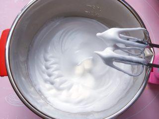 酸奶蛋糕,打至提起打蛋器有尖峰时停止打发。