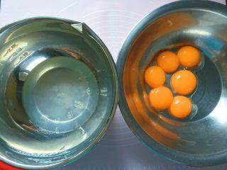 酸奶蛋糕,将蛋清 蛋黄分离,装蛋清的盆要确保无水无油。