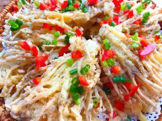 椒盐金针菇,再撒上红椒末和葱花即可