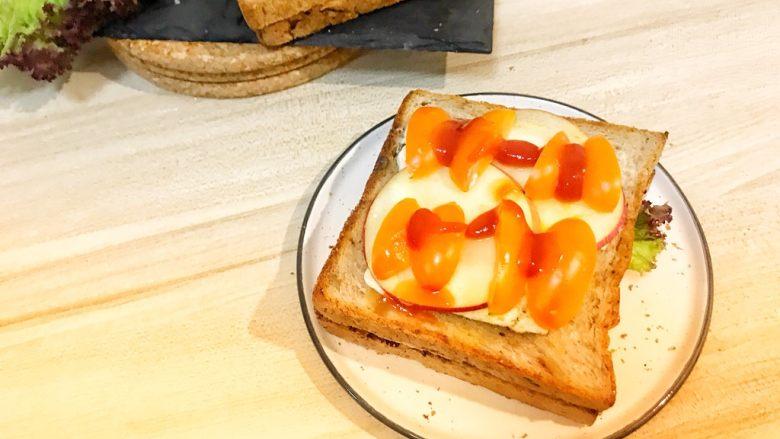 巨无霸早餐三明治😋,两个<a style='color:red;display:inline-block;' href='/shicai/ 3438'>圣女果</a>切成四分之一的块,摆上挤上番茄酱。