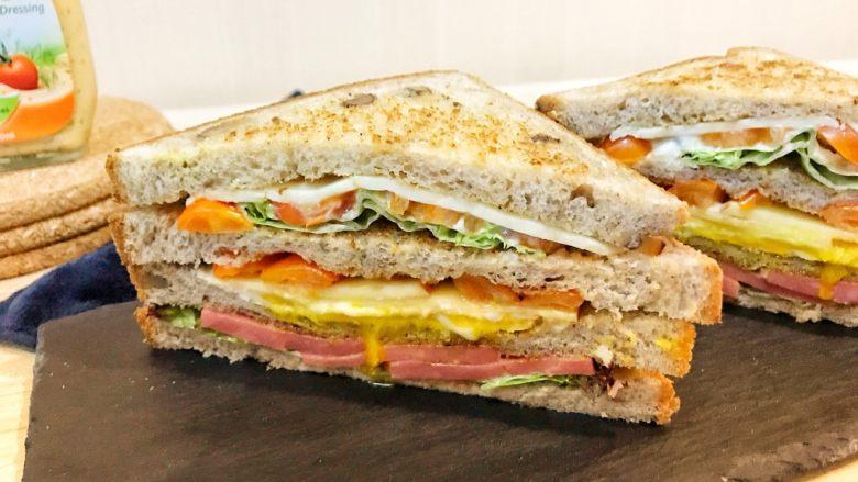 巨无霸早餐三明治😋,对半切开就好啦!