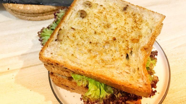 巨无霸早餐三明治😋,盖上最后一层面包片。