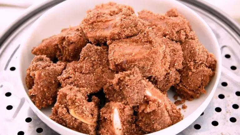 粉蒸排骨,肥而不腻,软烂入味,沸水入锅,蒸30分钟