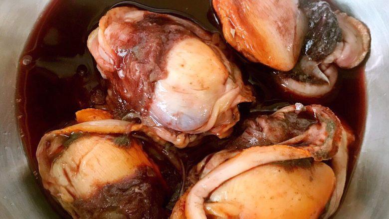 生吃赤贝,新鲜的赤贝用刀小心的阔出来放入盘中