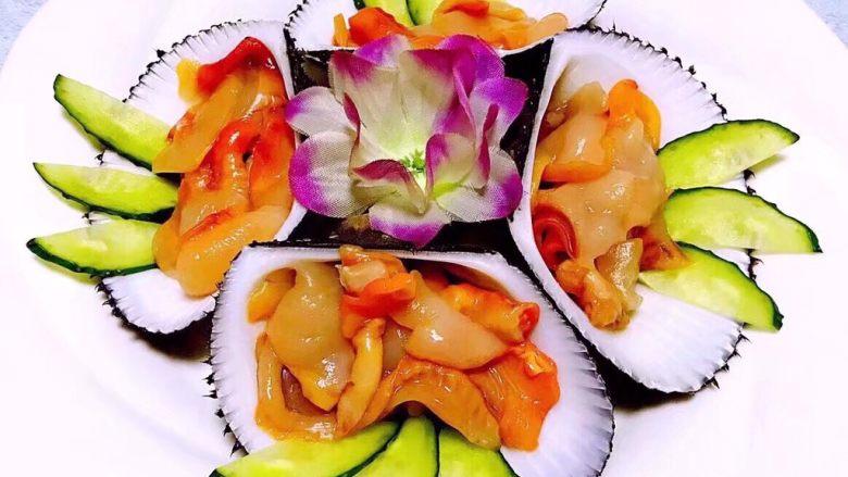 生吃赤贝,装好的赤贝依次摆入盘中中间来朵花装饰一下