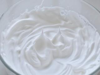 舒芙蕾松饼,将糖分三次加入蛋清中,用电动打蛋器打至蛋白尖稍微有一点弯钩状,差不多已经接近硬性发泡了