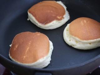 舒芙蕾松饼,待松饼表面变色、体积膨胀就可以出锅了