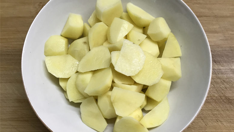 地三鲜,<a style='color:red;display:inline-block;' href='/shicai/ 23'>土豆</a>去皮后同样切滚刀块用清水浸泡一下去掉外面的淀粉后同样也用盐稍腌一下。