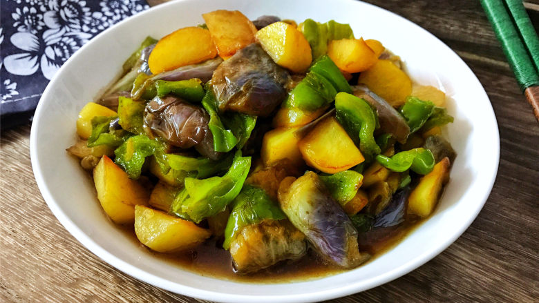 地三鲜,简简单单的食材,做出来却是味道浓郁,吃起来口感丰富。