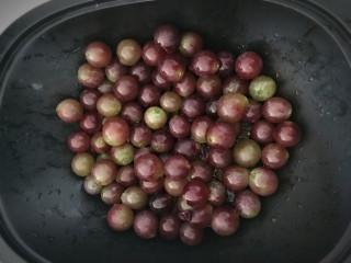 自制葡萄汁【GOURMETmaxx西式厨师机版】,1. 把葡萄摘下来放蒸笼里,撒点淀粉放水龙头冲洗,用手轻轻搓一搓。