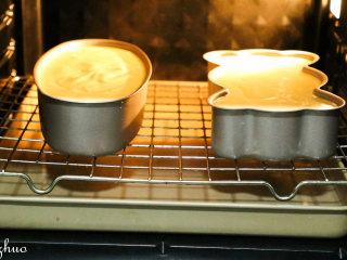 乳酪蛋糕,东菱烤箱上下火160度,最底层放一盘热开水,上层放入网架,预热5分钟,