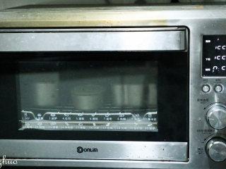 乳酪蛋糕,预热结束后上下火150度烘烘40分钟,再转上下火140度烘烤20分钟。 烘烤结束后烤箱开一条小缝让温度自然冷确,再取出乳酪蛋糕,倒扣下取出即可。