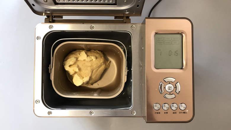 面包机版咕咕霍夫面包,加入最后的1/3黄油,启动和面15分钟。