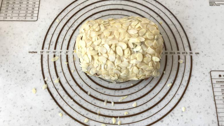 面包机版咕咕霍夫面包,表面刷蛋液,并粘上<a style='color:red;display:inline-block;' href='/shicai/ 2451'>杏仁片</a>。