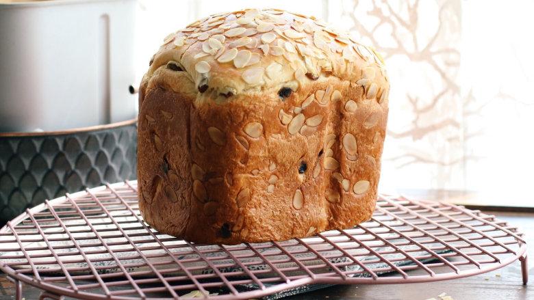 面包机版咕咕霍夫面包,烘烤结束,马上取出脱模晾凉。
