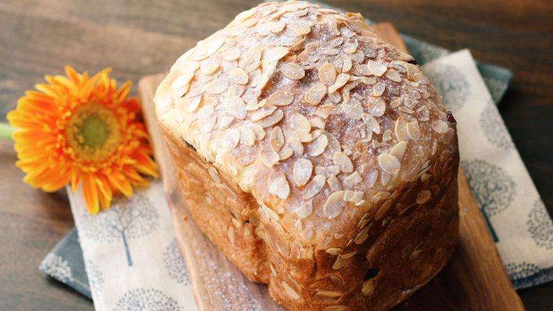 面包机版咕咕霍夫面包,吃的时候可以撒些糖粉在表面。