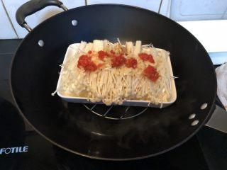 金针菇炖豆腐,锅里放水,烧开后上锅大火蒸十分钟。