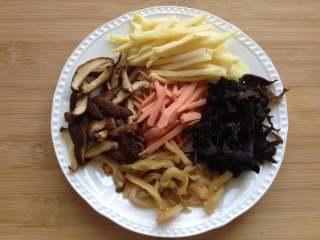 大煮干丝,香菇、木耳泡发洗净切丝,火腿肠、榨菜、冬笋切丝备用