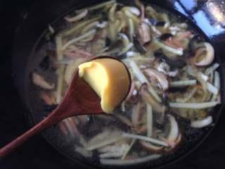 大煮干丝,放入半块浓汤宝,煮至融化