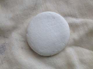 豆沙糯米饼,揭开纱布就是一个小圆饼