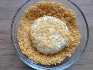 豆沙糯米饼,放入面包糠中裹上面包糠