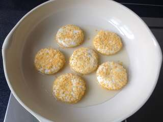 豆沙糯米饼,锅中油温3成热时放入饼坯,中小火煎制
