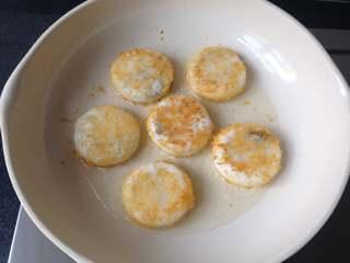 豆沙糯米饼,一面煎至定型后再翻面煎,煎至两面金黄即可,出锅后可放在吸油纸上把多余的油脂吸掉