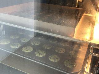 黑芝麻薄脆饼,提前预热烤箱160度,烤18-20分钟,最后几分钟注意观察上色情况,一不小心会烤焦掉,所以最后几分钟蹲点观察
